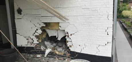 Automobiliste ramt gevel van woning in Uden; verbouwing was net klaar