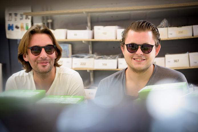 Nik de Jong (links) en Harold Gruijthuijzen tonen een model.