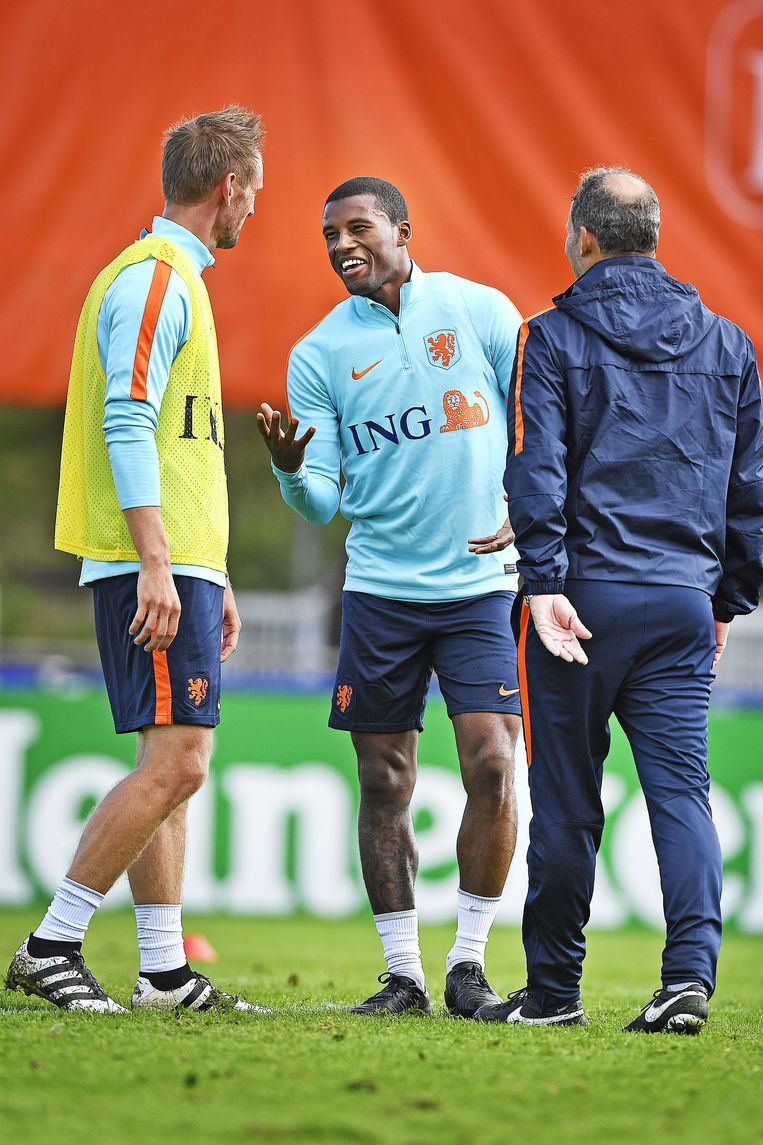 Siem de Jong (L) en Georginio Wijnaldum met bondscoach Danny Blind tijdens de training van Oranje op dinsdag 4 oktober. Beeld null