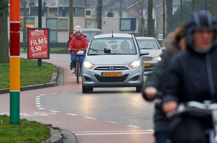Voor fietsers komt er straks aan beide zijden van de Land van Ravensteinstraat en Kornetstraat een vrijliggend fietspad. Veiliger dan nu over de te krappe weg waar ook de HOV-bussen over moeten.