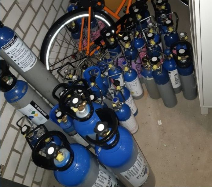 50 gasflessen met daarin 150 liter lachgas gevonden in Tilburg.