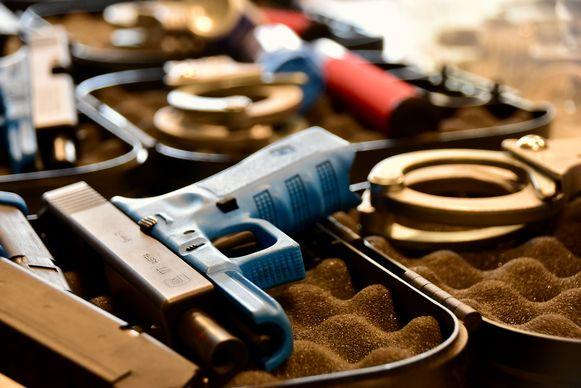In het schiet- en oefencomplex RISTA is het nodige materiaal aanwezig: neppistolen, beschermingsmaskers, oefenhandboeien,...