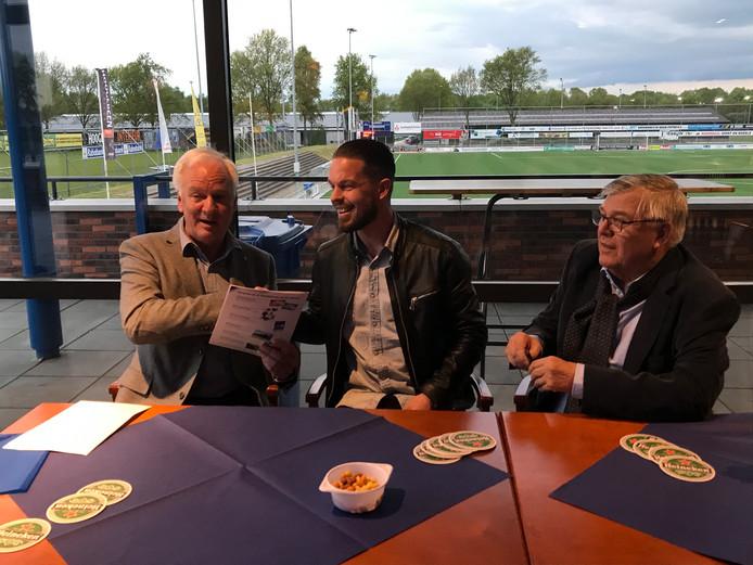 Sander Duits tekent zijn contract in Putten. Rechts: Jitze Miedema.