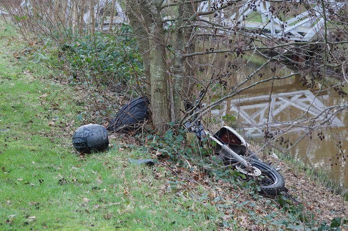 De bromfiets kwam terecht in de groenstrook naast het fietspad.