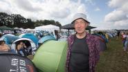 """Pastoor André (73) kampeert tussen de jeugd op Pukkelpop: """"Ik haal hier mijn jeugd in"""""""