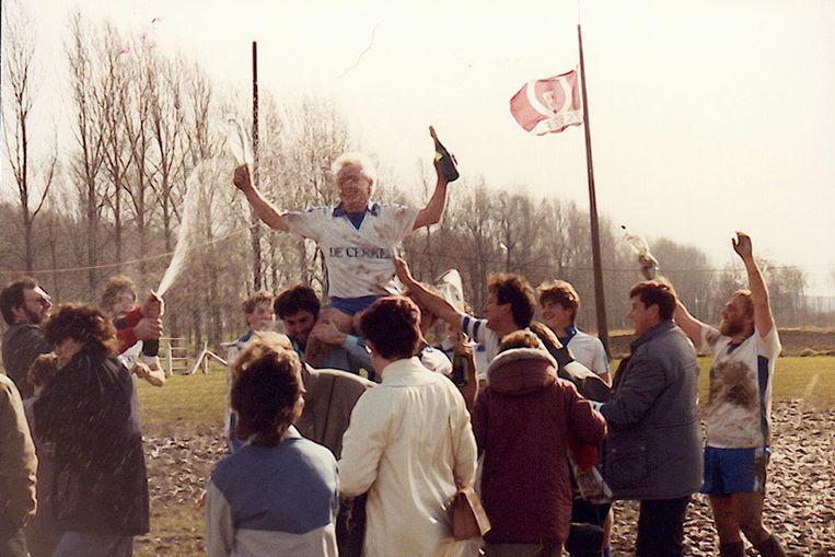 De kampioenenviering op het terrein in 1985.