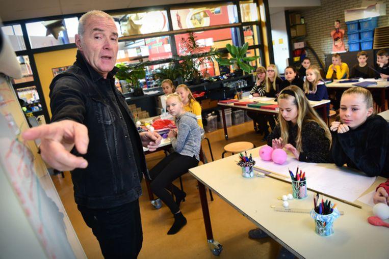 Les maatkunde (techniek en wetenschap) en aan groep 8 van basisschool 't Kofschip.  Beeld Marcel van den Bergh /de Volkskrant
