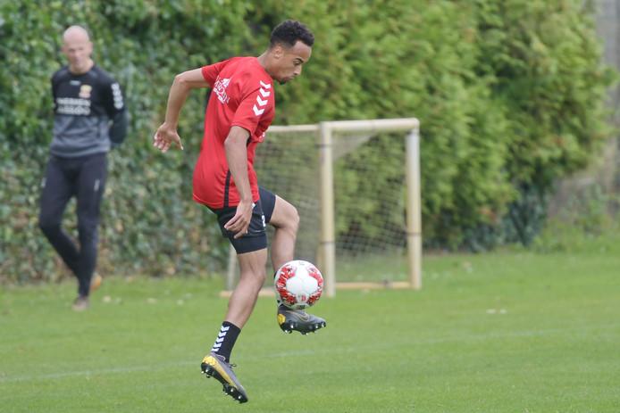 Elso Brito tijdens de training van Go Ahead Eagles.