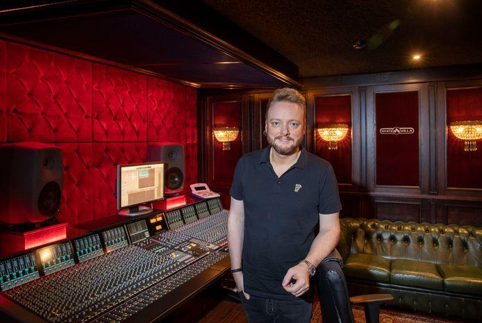 John Dirne in zijn muziekstudio.