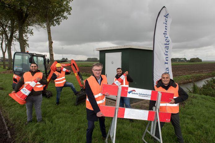 Start aanleg glasvezel samen met wethouder Ed Goossens (midden) in Haaften.