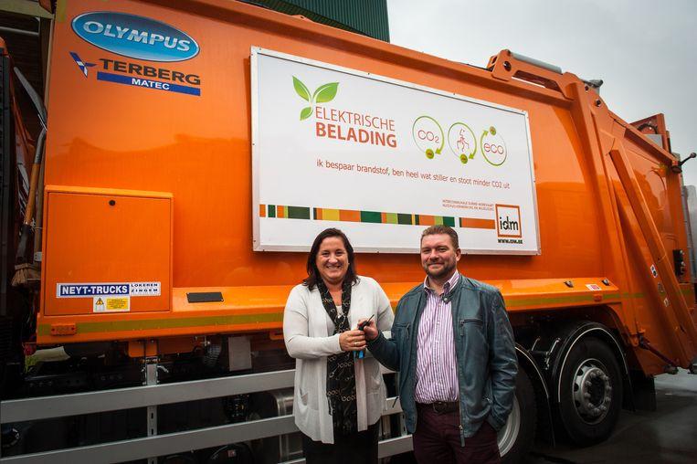 Kristien Leeten van Terberg Matec, die de elektrische afvalbelading produceert, geeft de sleutel van de wagen aan Piet Penneman van IDM.