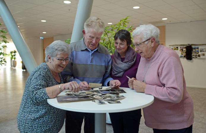 Ruud van der Goot laat zijn levensverhaal opschrijven door Mimie de Wildt (links). Rechts van Van der Goot staan Wilma Jansen en zijn vrouw Gijs.