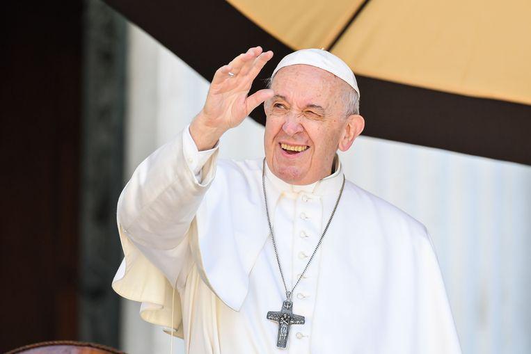 Paus Franciscus zegent katholieken in de basiliek van Loreto in Italië.
