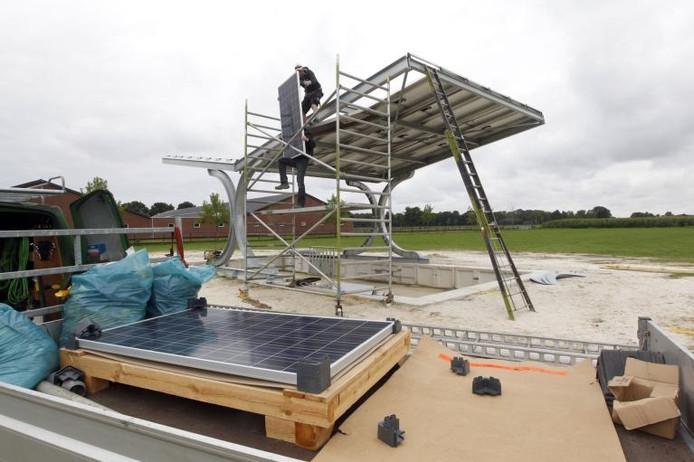 Bij het bedrijf van Leo Moonen in Nederweert wordt de eerste Catle Cabin gebouwd waarmee proef wordt gedraaid. Aan het dak komen schermen die worden neergelaten om de koeien uit de wind te houden. foto Bert Jansen