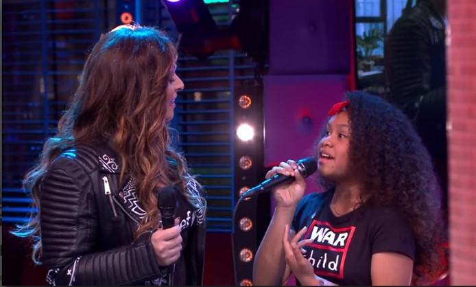 Trijntje Oosterhuis en The Voice Kids-winnares Yosina zingen Ken je mij? bij RTL Late Night.