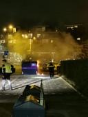Het brandje in de kledingcontainer bij De Wielewaal. Op de achtergrond de Magdalenahof.