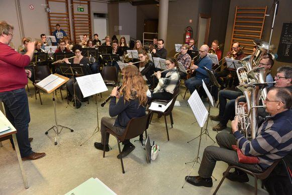 De Koninklijke Harmonie Sint-Cecilia aan het repeteren onder leiding van dirigent Cary De Clercq.