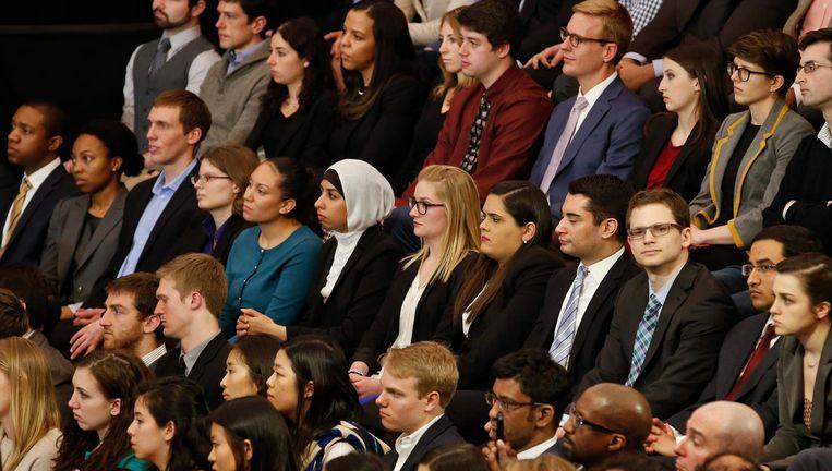 Studenten van de Universiteit van Chicago. Hun rector weigert debatten af te kappen over ideeën, hoe beledigend ook. Beeld epa