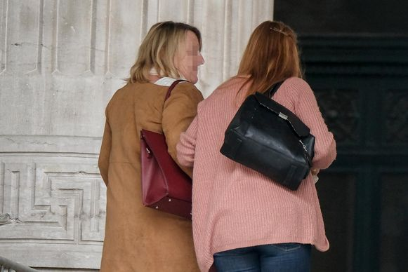 Anne L (links) stal als budgetbeheerder geld van mensen met financiële problemen en kocht er luxegoederen mee.