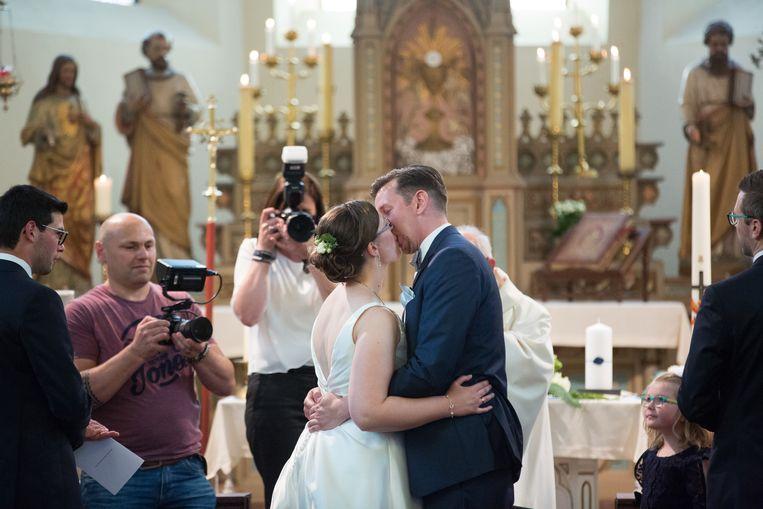 Lode mag z'n kersverse bruid Eline in een volle parochiekerk van Herstappe kussen.