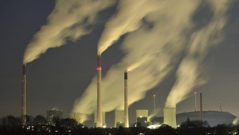 Ook de met kolen gestookte energiecentrale van Eon in Gelsenkirchen (Duitsland) vervuilt het milieu met CO2. Shell, DSM, AkzoNobel en de NAM moeten meer gaan betalen voor hun uitstoot. Beeld AP