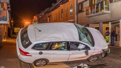 Indrukwekkend ongeval: auto op zijkant en drie geparkeerde auto's delen in de brokken