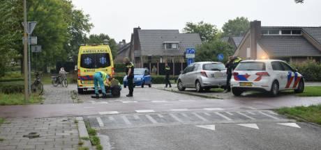 Fietsster belandt op motorkap auto bij botsing in Groesbeek