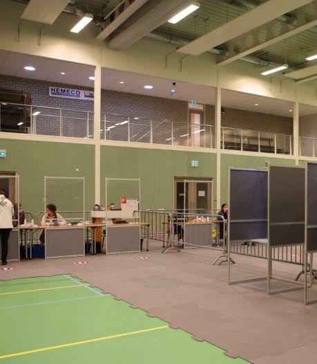 Voorzitter Kiesraad 'met goed gevoel' vanuit Brabant terug naar Den Haag, veel bekijks voor drive-in-stembureau in Vught