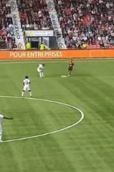 19-jarige Zwitser schakelt met heerlijke no-look-assist liefst negen spelers uit