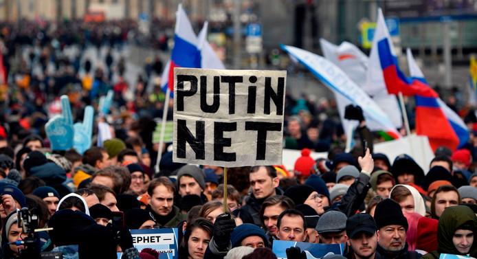 Russen demonstreren in Moskou tegen de beperkingen op internet.