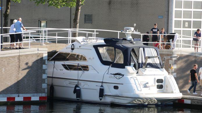 In de Aanloophaven in Zeewolde is een boot tegen een lage brug gevaren.