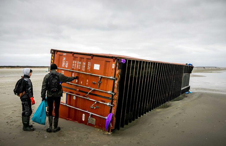 Een aangespoelde container van de MSC Zoe 270 op het strand van Schiermonnikoog.