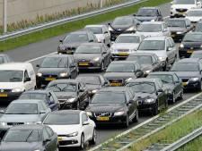 Lange files op snelwegen rond Arnhem na ongeluk, omleiding ingesteld