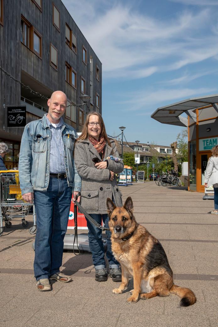 Anja en Wouter Siemons met hun Duitse herder Zoe in Veenendaal.