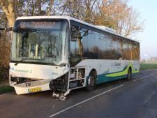 Lijnbus botst op auto bij Grijpskerke: flinke ravage