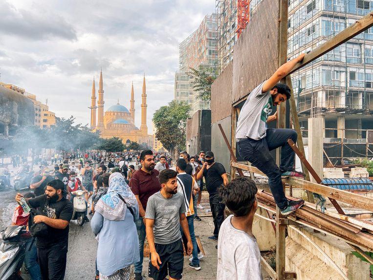 Protesten in Beiroet. Betogers steken onder meer autobanden in brand. Beeld Rebecca Fertinel