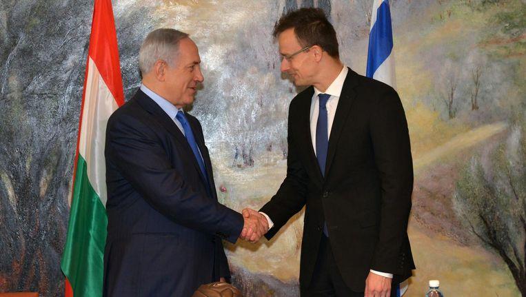 Israëlische premier Netanyahu (L) tijdens een ontmoeting met Hongaarse minister van Buitenlandse Zaken Szijjarto (R) in Jeruzalem in 2015. Beeld null