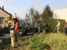 Bewoners proberen coniferenbrand te blussen met emmers en tuinslang