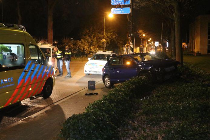 Een auto reed zondagochtend in Beekbergen een tuin in. Vermoedelijk was er lachgas in het spel. De vermeende bestuurder is op de vlucht geslagen.