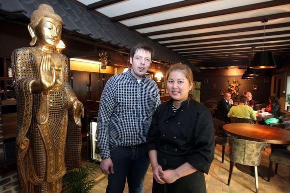 Laurenzo Moerman en Kaneeya in hun restaurant Mama Thai. Ze organiseren dit weekend al voor de derde keer hun Thaise markt op het Koningsplein