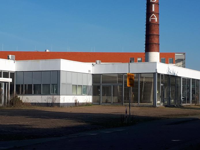 De verpauperde voormalige Renault-garage in Goes vormt de lelijke oostelijke entree van de Goese meubelboulevard.