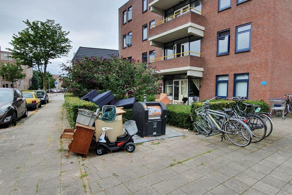 Een puinhoop aan de Dennenbosweg in Hengelo, waar regelmatig vuil naast de container wordt neergezet.