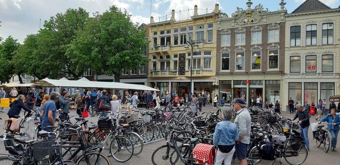 Een voetgangersrotonde op deze van oudsher drukke plek is een van de maatregelen om bezoek aan de Deventer binnenstad in coronatijd veilig te regelen.