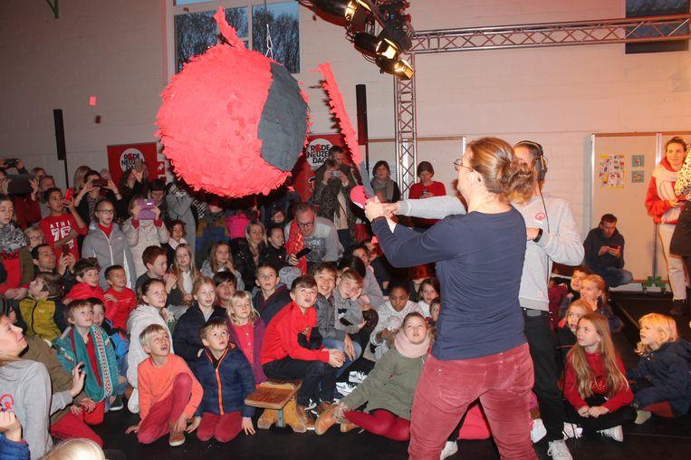 Juf Evi van het vierde leerjaar mocht het bedrag uit de piñata slaan.