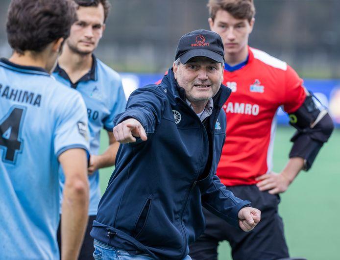 Hockeytrainer Paul van Ass instrueert zijn spelers bijHGC. De oud-bondscoach van de Nederlandse mannen pleit voor een periodieke controle voor trainers op alle niveau.