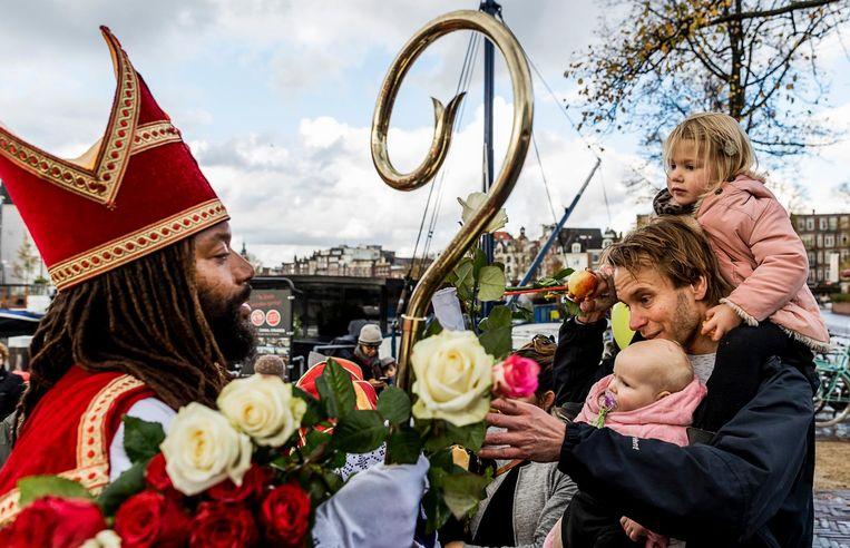 Vorige week deelde Patrick Mathurin rozen uit, tijdens zijn intocht in Amsterdam. Beeld anp