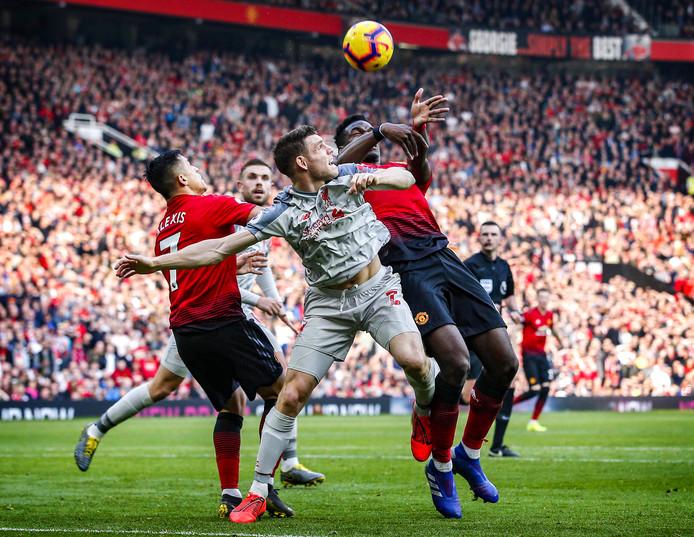 Liverpool-middenvelder James Milner in duel met Paul Pogba van Manchester United, eerder dit jaar.