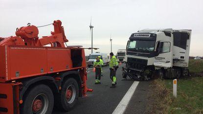 Truck crasht op middenberm E40