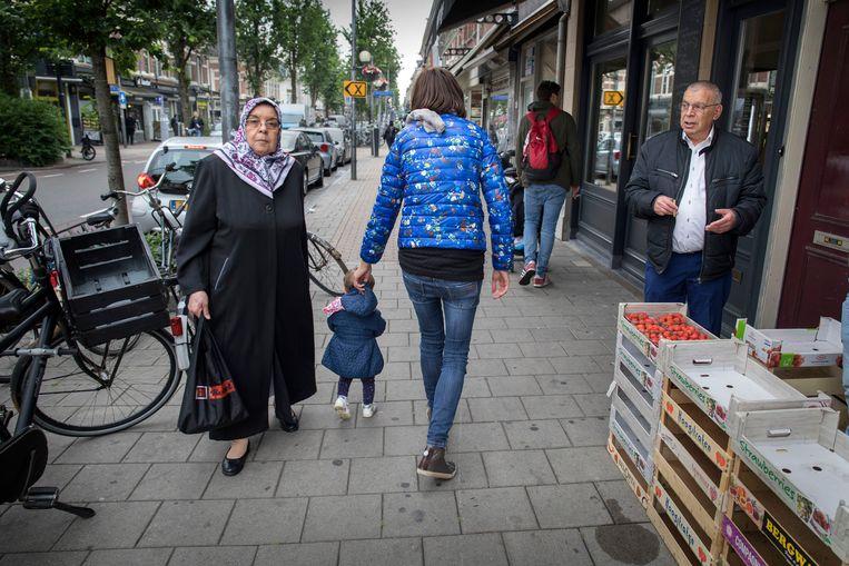 In de Kanaalstraat in de Utrechtse wijk Lombok komen jonge tweeverdieners en traditionele wijkbewoners elkaar tegen.  Beeld Werry Crone