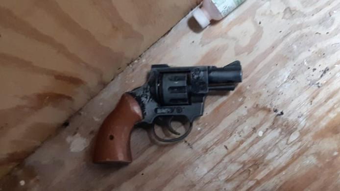 Dit vuurwapen heeft de politie dankzij tips van burgers in beslag genomen.